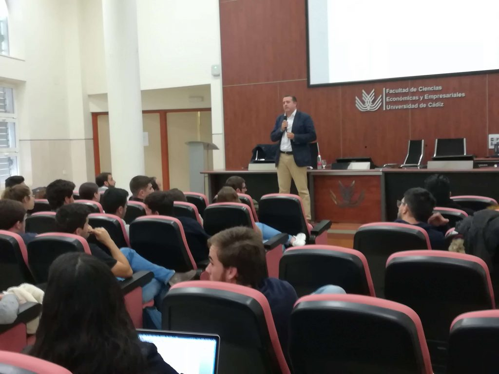Enseñanzas #semanacadizemprende 2019. Ales exponiendo en la Facultad de Económicas de Cádiz