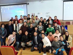 Monchi con algunas de las personas asistentes a su conferencia en la ESI